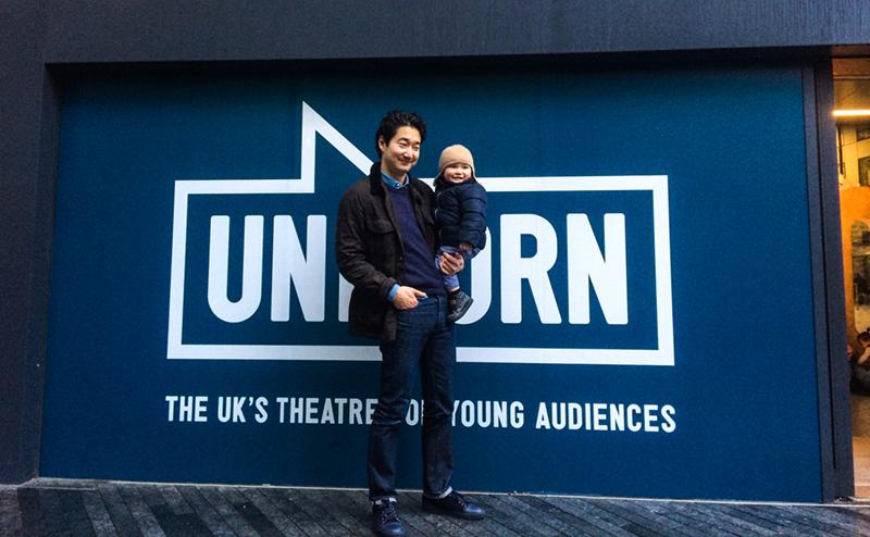 Utanför Unicorn Theater.