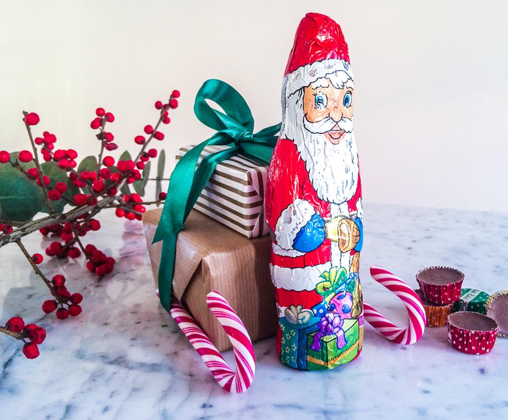 julklappsinslagning jultomten med släde