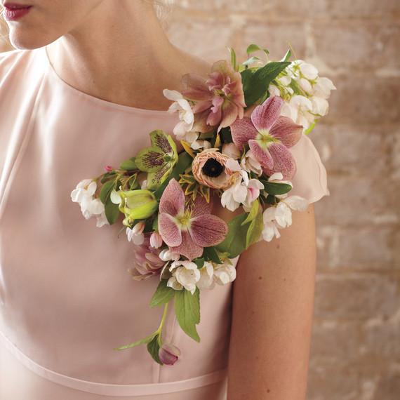 blomster dekorerade axlar på klänning