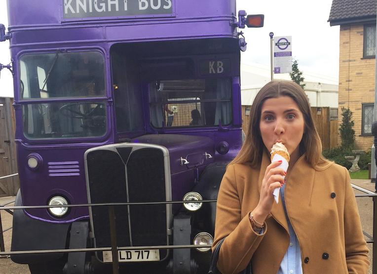 Josephine i färd med att äta Butterbeer-glass under ett studiebesök på Harry Potter-studios utanför London.