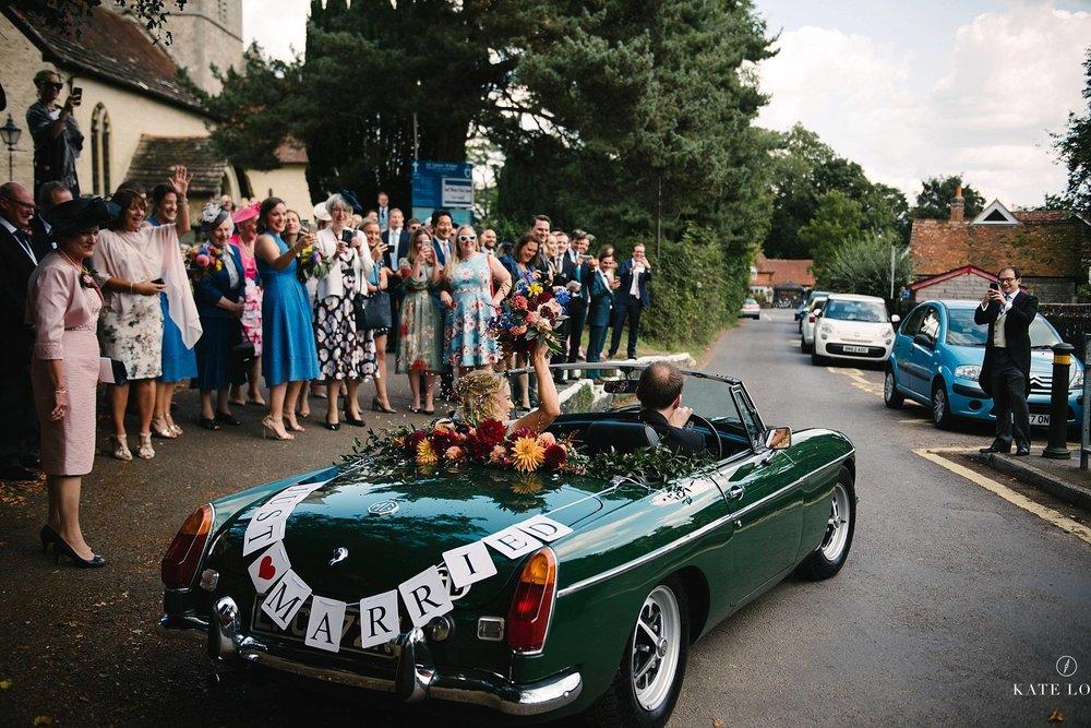 brudparets bil dekorerad med just married skylt på engelskt bröllop i Surrey