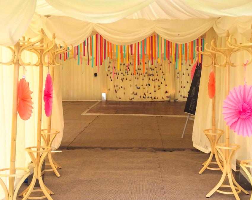 ingång bröllopstältet på engelskt bröllop i Surrey