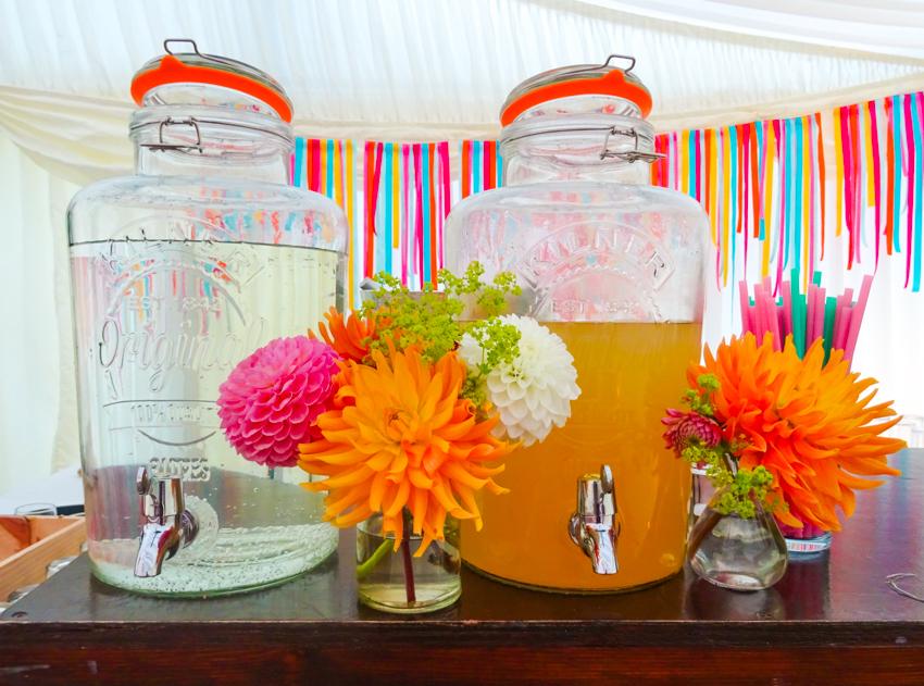 dryck och blommor på engelskt bröllop i Surrey