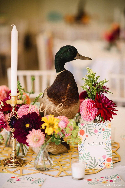 blommor och underbara bordsdekorationer på engelskt bröllop i Surrey
