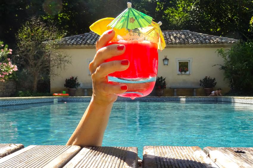 Vattenmelons drinkar vid poolkanten
