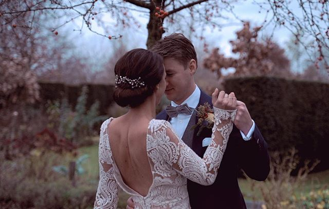 Words can't always describe a feeling of love. . . . #videograaf #videografie #trouwvideo #trouwvideografie #wedding #bruiloft #botanical #botanisch #weddingfilm #weddingvideo #weddingvideography #lovestory #filmmaker #cinematic #marriedin2019 #engaged #verloofd #vows #trouwen2019 #trouwenin2019 #buitentrouwen #winterwedding #fall #herfstbruiloft #winterbruiloft #maggievideodesign