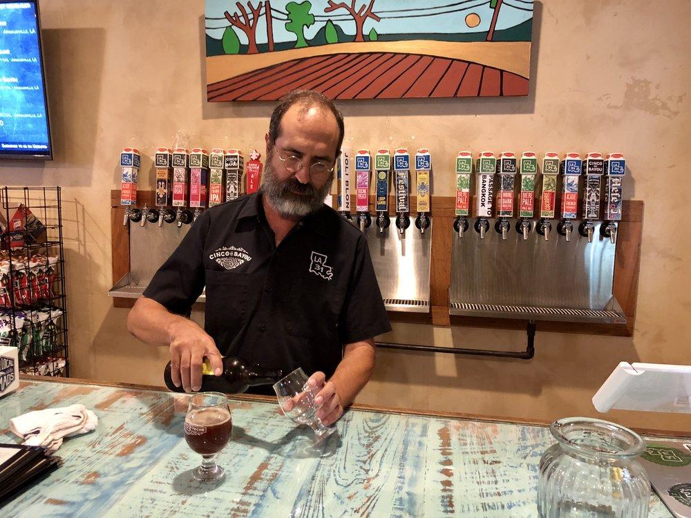 Un verre à chacun dans la salle de dégustation chez Bayou Teche Brewing. Image: Karlos KNOTT, Président de Bayou Teche Brewing  A glass for each in the tasting room at Bayou Teche Brewing. Photo: Karlos Knott, President of Bayou Teche Brewing