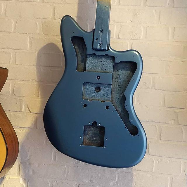 Deze wordt geweldig!! Jazzmaster Refin. #gitaarbouwlinotte #lakeplacidblue #fenderjazzmaster #paintjob