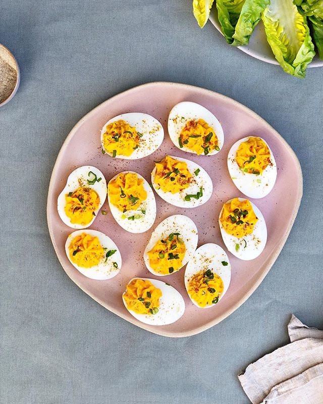 What are your thoughts on Deviled Eggs? 👀 Retro though they may be, I love them! They make such a delicious little appetiser before supper or have them wrapped in little gem lettuce cups as a surprisingly filling lunch. If you fancy giving them a go I've popped the method in my stories 🥚🍳🥚
