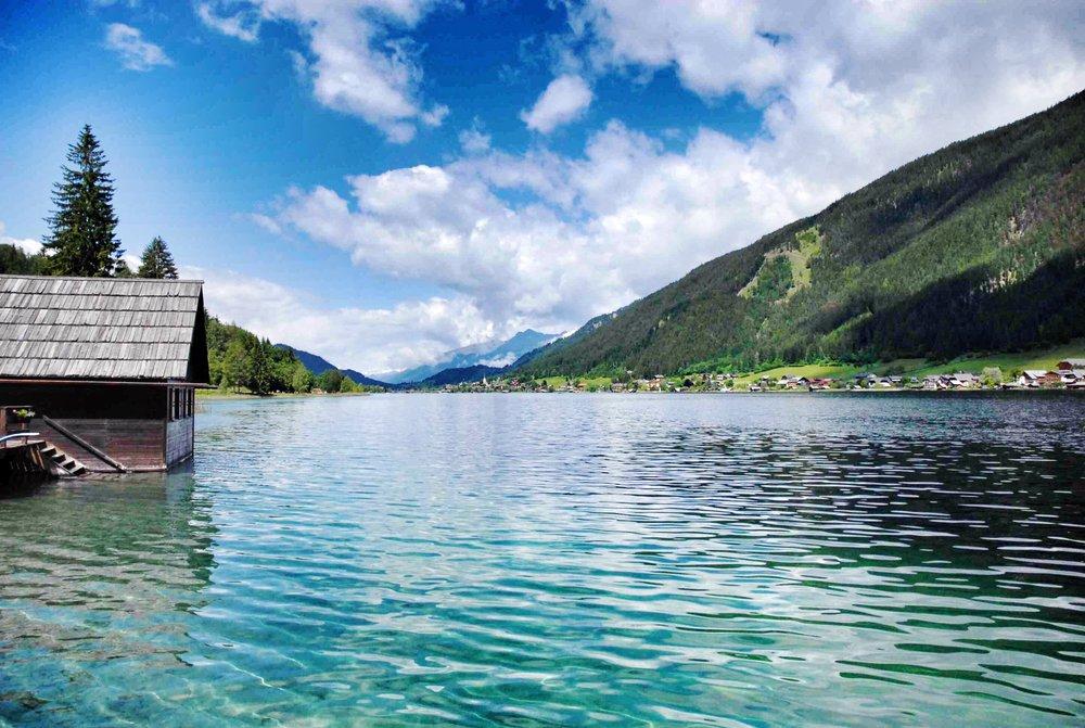 Schwimmen im kristallklaren Wasser des Weissensee klärt den Geist.