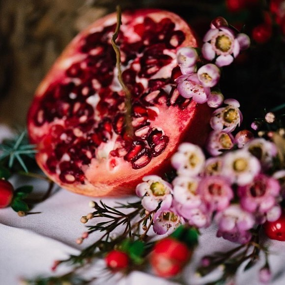 Diese Farben 😍 #Repost @anmutundsinn  @elmarfeuerbacher • #winterhochzeit #granatapfel #wachsflower #winterdekoration #heiratenimwinter Bild von @elmarfeuerbacher