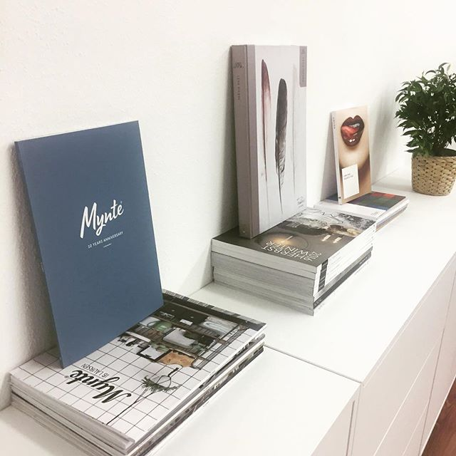 #Repost @anmutundsinn ・・・ Nun ist auch die letzte Wand in unserem Büro eingerichtet. Ein bisschen wie in einem #grafikagentur Büro, aber das sind wir ja schließlich auch irgendwie ! ;) #büroeinrichtung #büroalltag #mynte #gmund #unserbüroistschön #kreativbüro
