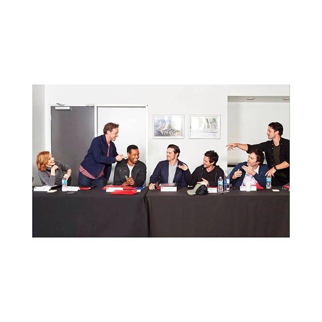 """Pour marquer le début de la production de IT: Chapter Two @itmovieofficial, une photo inédite du cast a été publiée (@jessicachastain @jamesmcavoyrealdeal). Le """"Loser's Club"""" semble apprécier la lecture du scénario... ✨ - #it #ca #itmovie #entertainmentweekly #billskarsgard #jamesmcavoy #jessicachastain #itchapter2"""