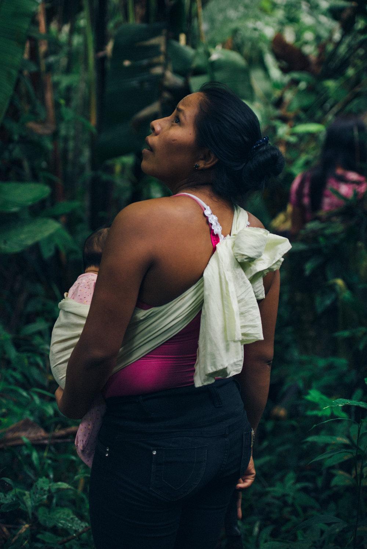 Karina with her daughter walking the in the jungle around her community.///Karina mit ihrer Tochter im Dschungel um ihre Gemeinde.