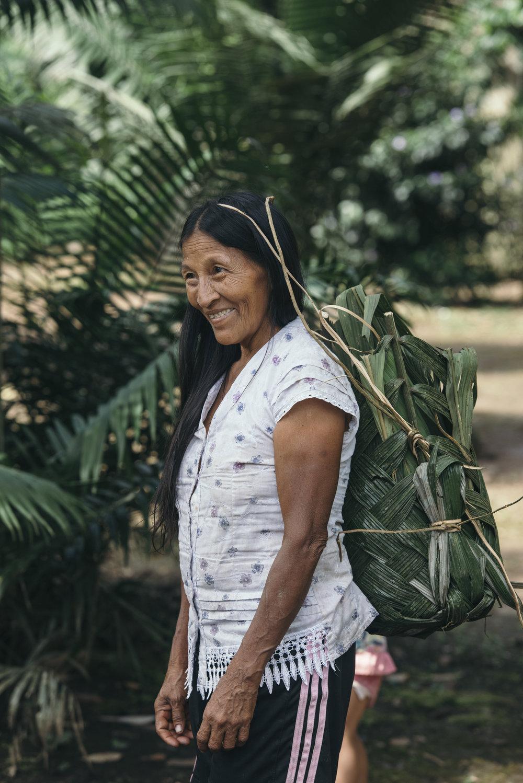 Omanca auf dem Weg aus dem Dschungel zu ihrem Haus.