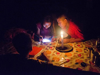 Secoya-Kinder machen im Kerzenschein ihre Hausaufgaben und lernen für die Schule. Photo Credit: Alex Goff