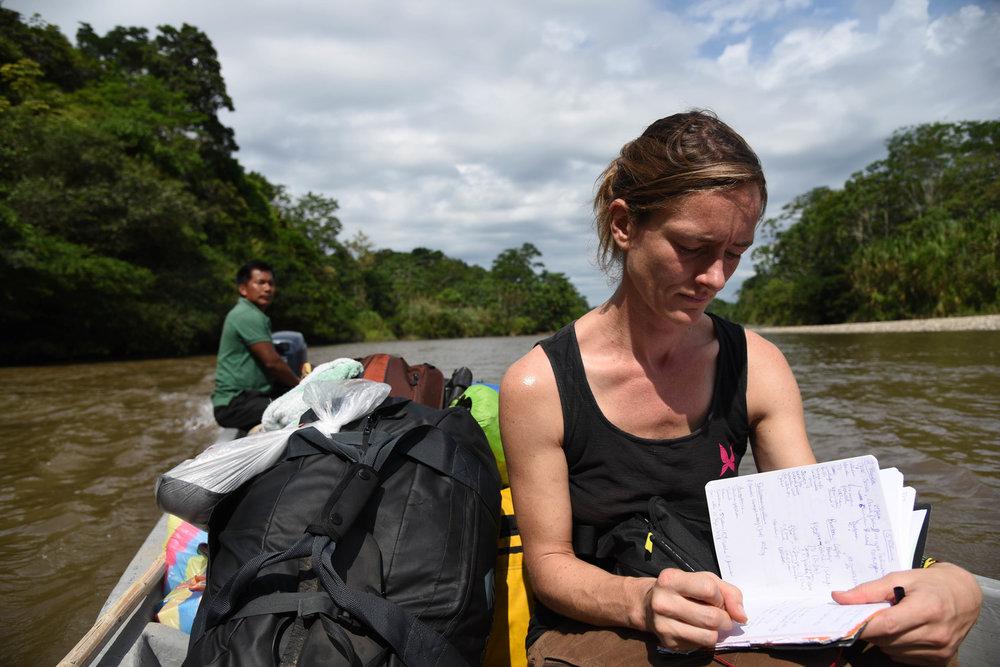 Autorin Stefanie macht im Kanu auf dem Aquarico im Territorium des Volkes der Cofán Notizen.