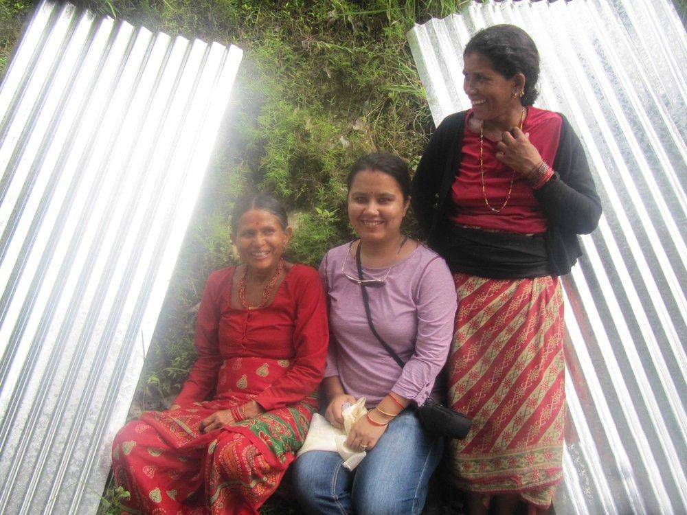 Chetna (Mitte) mit zwei Frauen aus Kupinde