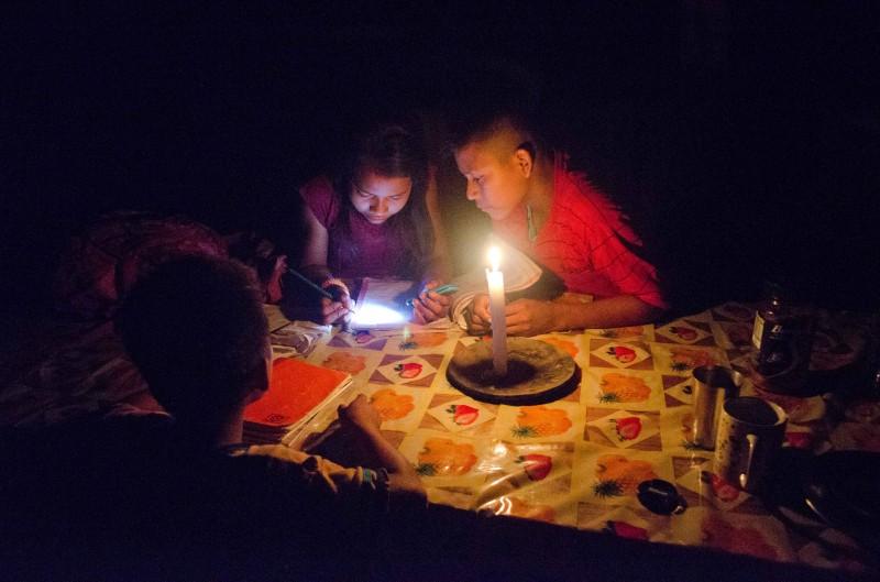 Secoya+Kinder+beim+Hausaufgaben+machen+im+Kerzenlicht.jpg