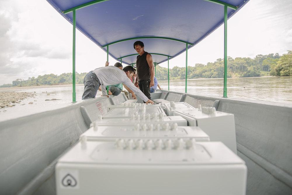 Die Komponenten der Solar-Anlagen gehen wie auch unser Team per Kanu auf die Reise zu den Familien.
