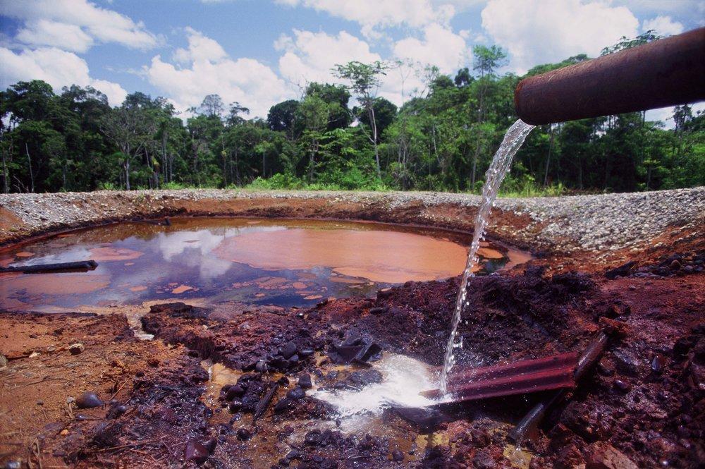 Giftiges Abwasser von Ölförderungen in der Näher einer indigenen Gemeinde im Amazonas.