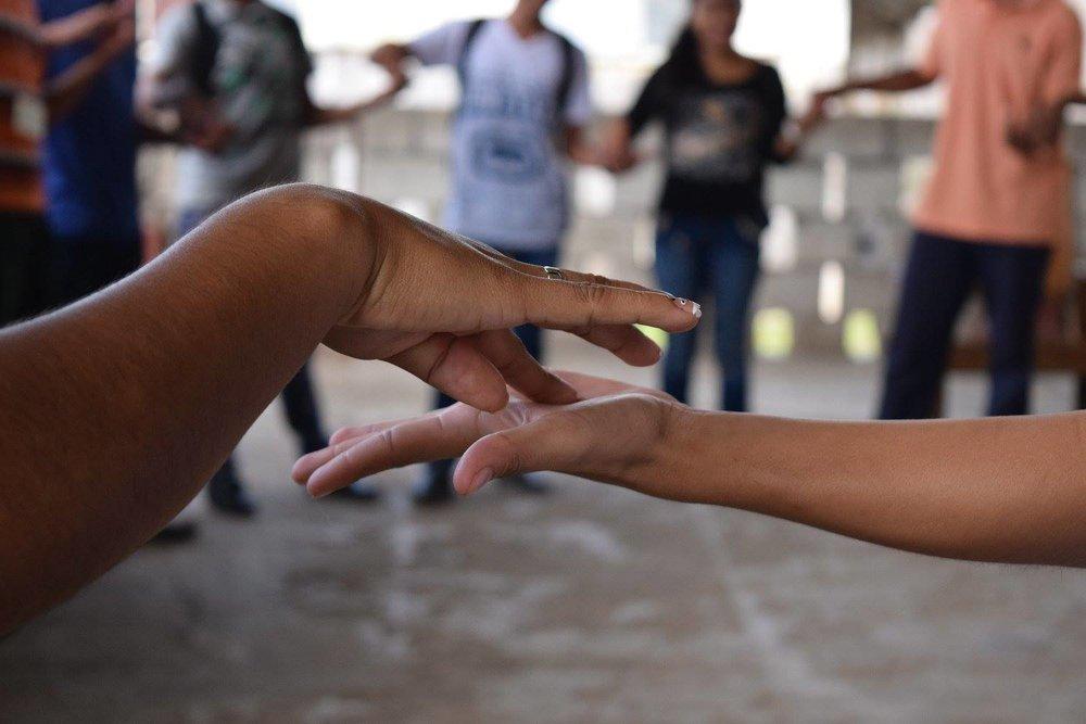 Apoyamos el liderazgo e intercambio de conocimiento - Nuevas Raíces, en asociación con expertos locales y ONG, ofrece talleres motivacionales para líderes jóvenes y grupos comunitarios.Nuevas Raíces ofrece becas para estudiantes en el aprendizaje de agrosilvicultura.Nuevas Raíces financia el viaje a líderes comunitarios para que aprendan de proyectos exitosos en toda Guatemala.