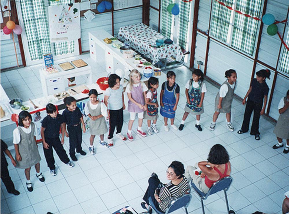 El colegio Creceré fue uno de los proyectos iniciales de la Fundación Nuevas Raíces.Alumnas con la fundadora, Lissie Habie (centro)