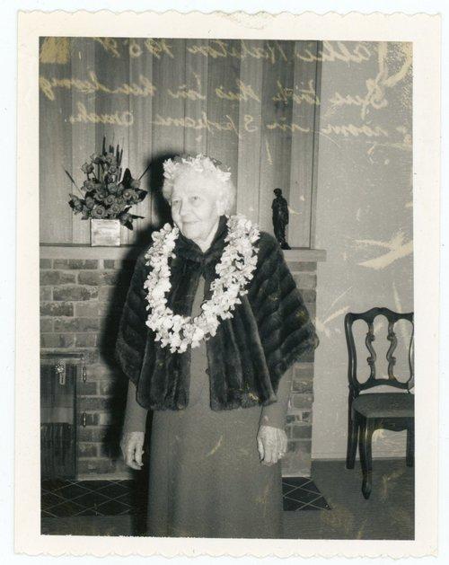 WOMAN WITH LEI OVER FUR STOLE 1959 POLAROID PHOTO
