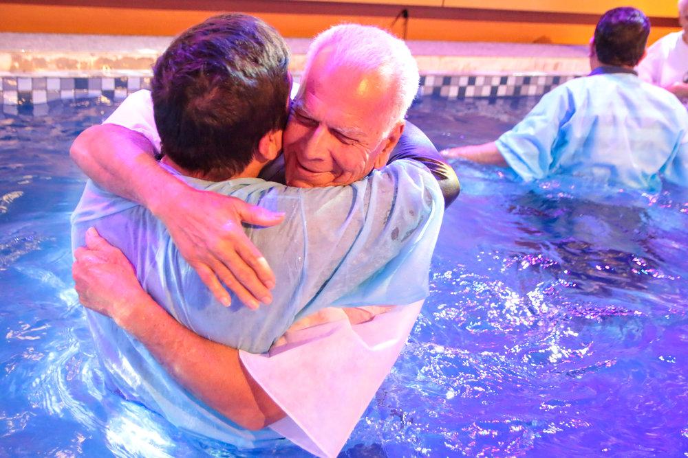 O que é Batismo? - O batismo é o primeiro passo para cada um de nós, depois de colocar a nossa confiança em Jesus Cristo