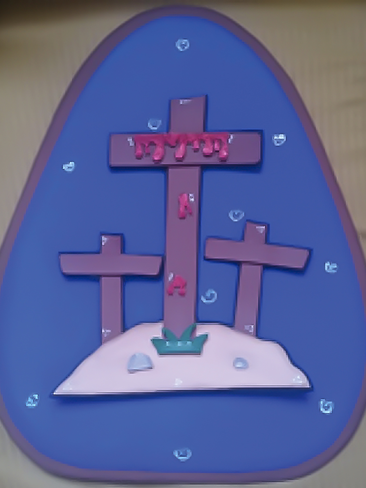 O sacrifício - Depois daquela celebração, Jesus foi preso e injustamente condenado à morte na cruz. Ele foi crucificado entre dois ladrões, mas ele não tinha pecado, pois não tinha cometido nenhum erro. Isso foi necessário para que o sangue trouxesse perdão dos pecados da humanidade, por isso João Batista falou que Jesus era o Cordeiro, lembra? Mesmo sendo inocente, deu a sua vida para salvar a todos, como aquele cordeirinho lá no Egito.