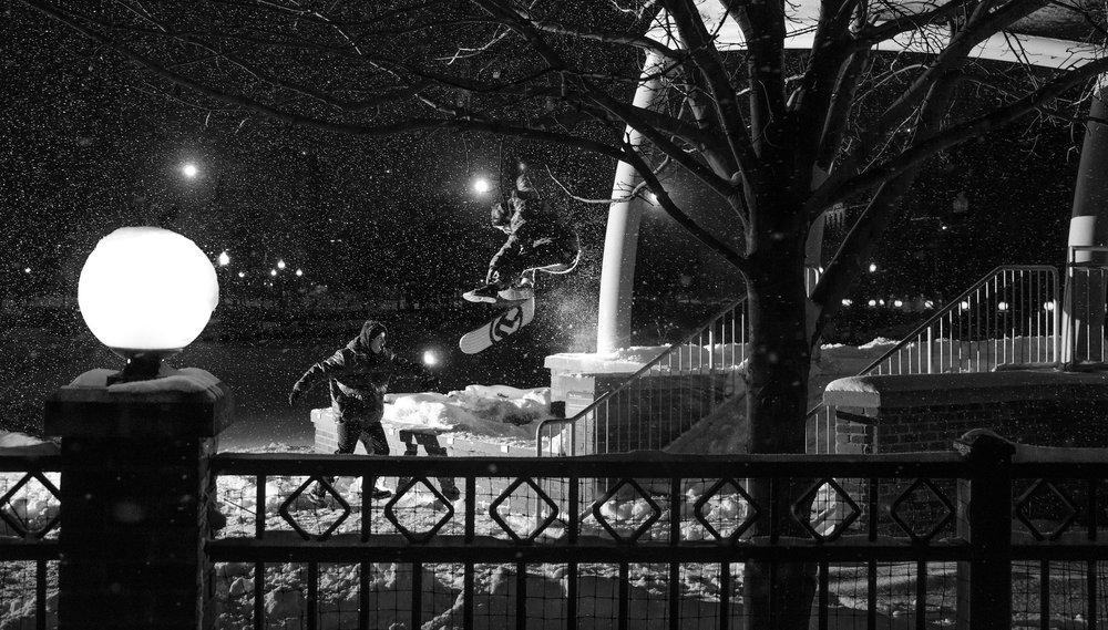 Snowskate Oakes Kickflip