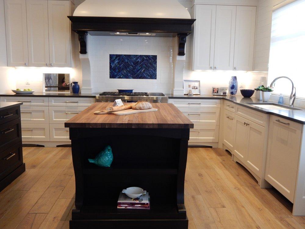 kitchen-remodel-black-island-moulding-range-hood-tile-detail-902347_1920.jpg