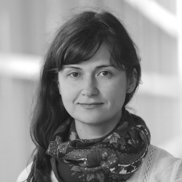 Gabriela Nenciu - Manager de proiectPasionata de carti pentru copii, ilustratie si de ideea unui spatiu cultural divers, deschis tuturor povestilor. Specializari: educatie interculturala, pedagogia limbilor straine si design de proiect. Este profesor de franceza la Brandeis University.