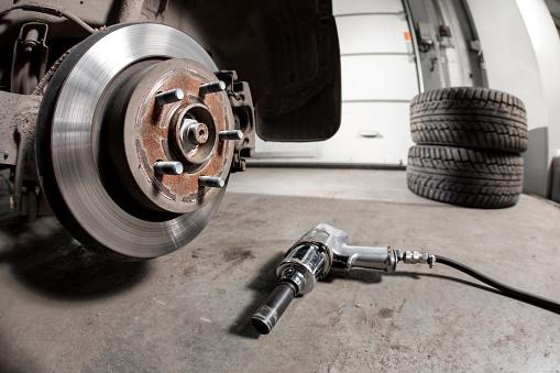 Switch été/hiver - Les bons pneus pour la bonne saison!Permutation de vos pneus hiver/été réalisé dans les règles de l'art et en respectant nos 5 points de contrôle.Afin de vous garantir un service de qualité, pendant les périodes de changements hiver/été, nous travaillons sur rendez-vous.