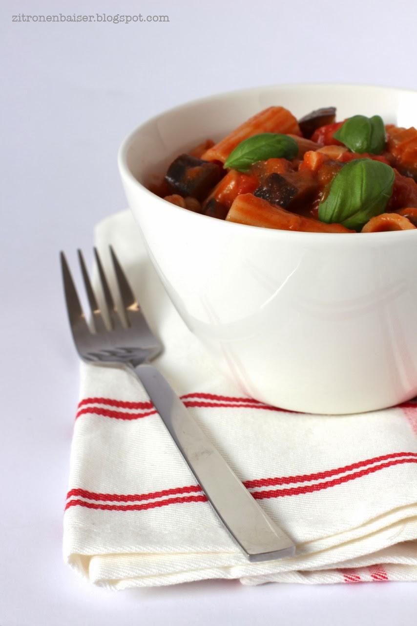 Rigatoni mit Tomaten-Auberginen-Soße und Mozzarella / Theresa Kellner