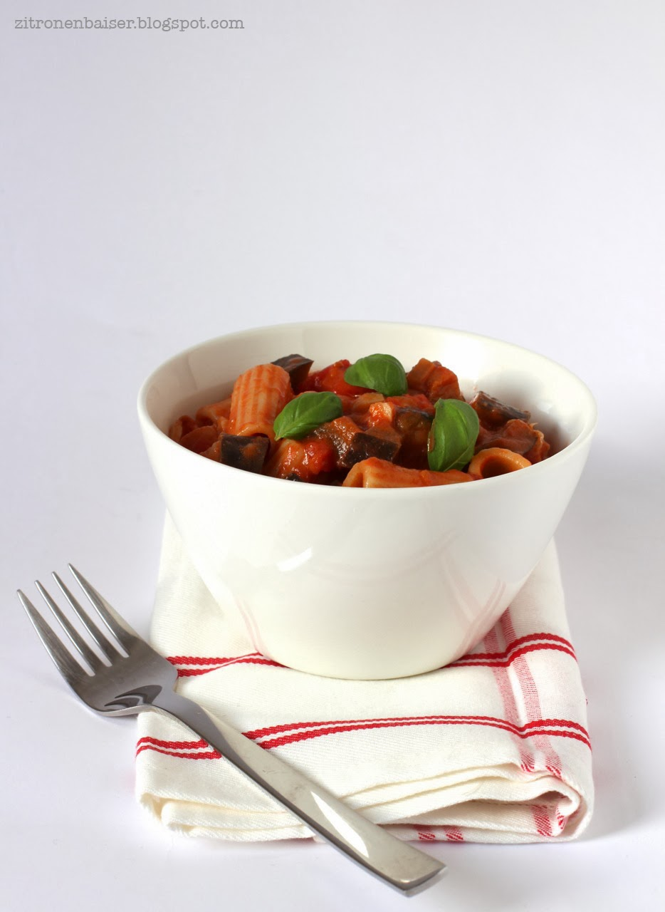 Jamies Rigatoni mit Tomaten-Auberginen-Soße und Mozzarella / Theresa Kellner