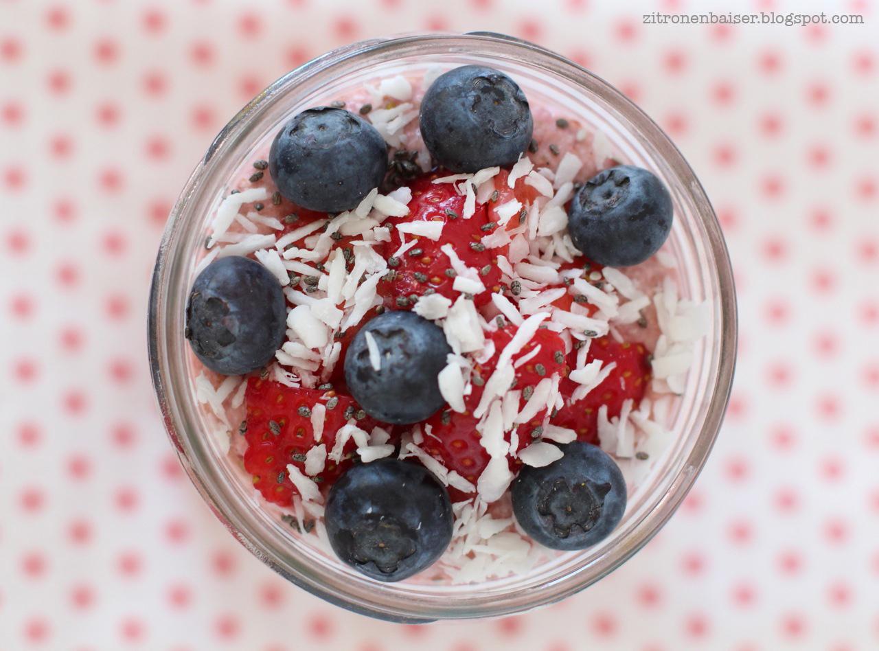 Rezept für sommerliches Buchweizen-Mandel-Porridge mit Erdbeeren / THE.WAITRESS. Blog