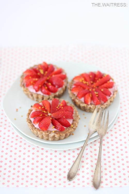 rezept-rohe-erdbeer-eistoertchen-mit-bluetenpollen-und-cashew-creme-the-waitress-foodblog