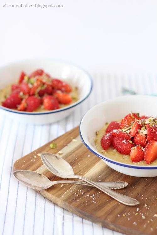 Rezept für Kokos-Polenta mit Erdbeeren und Pistazien / THE.WAITRESS. Foodblog