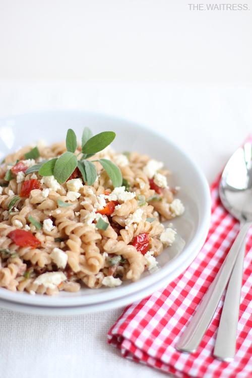 Rezept für leckere One-Pot-Pasta mit getrockneten Tomaten, Salbei und Feta / THE.WAITRESS. Blog