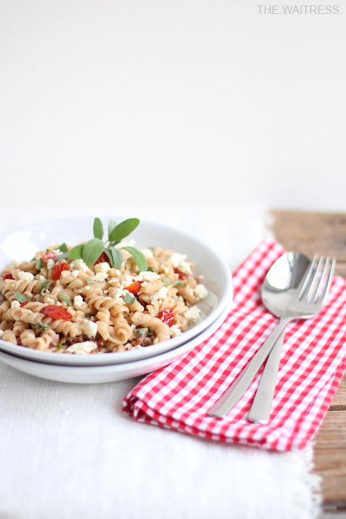 Rezept für One-Pot-Pasta mit getrockneten Tomaten, Salbei und Feta / THE.WAITRESS. Blog
