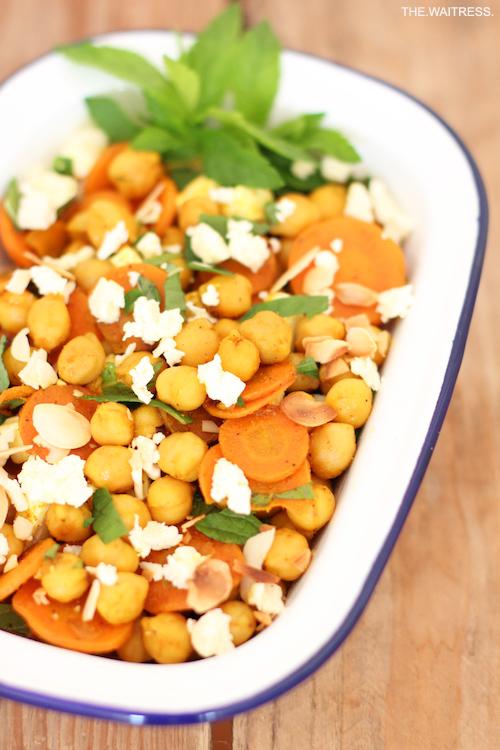 Rezept für lauwarmen Kichererbsensalat mit Möhre, Feta und Minze / THE.WAITRESS. Blog
