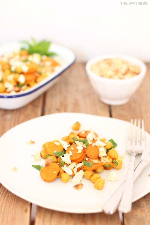 Rezept lauwarmer Kichererbsensalat mit Möhre, Feta und Minze / THE.WAITRESS. Blog