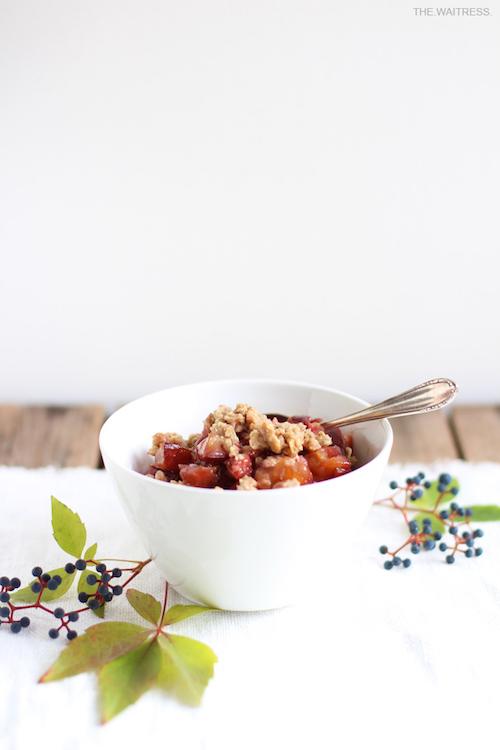 Rezept für veganen Pflaumencrumble mit Zimtstreuseln / THE.WAITRESS.