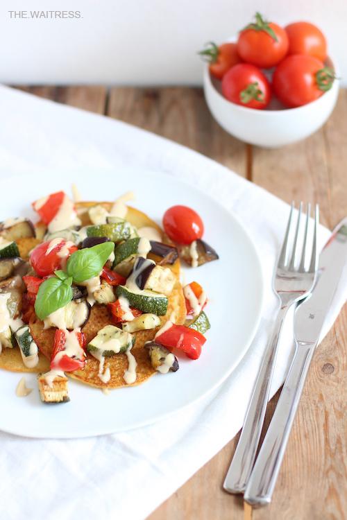 Rezept für leckere Socca mit Gemüse und Cashew-Sourcream / THE.WAITRESS. Blog