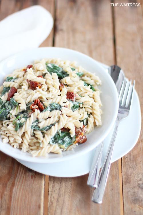 Pasta mit Spinat, Frischkäse und getrockneten Tomaten / THE.WAITRESS. Blog
