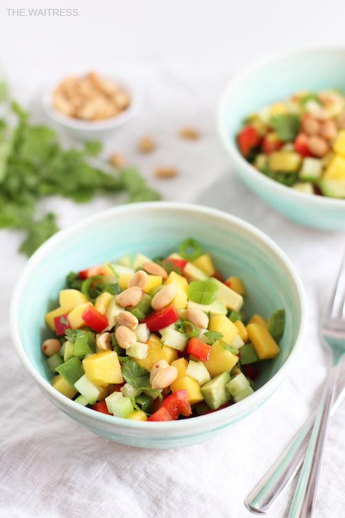 Rezept für Avocado-Mango-Salat mit Erdnüssen / THE.WAITRESS.