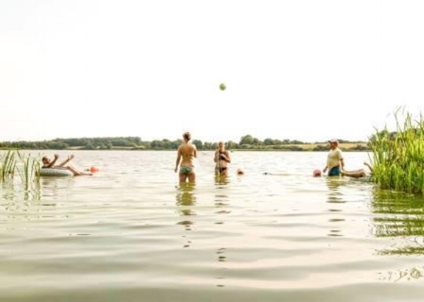 Entspannt abkühlen im Badesee und nebenbei neue Leute kennenlernen im  Camp Breakout .
