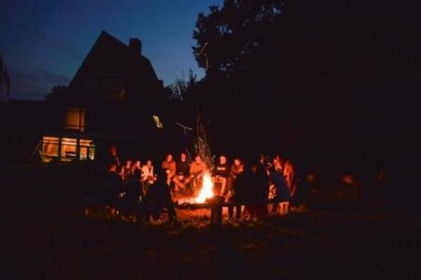Der Abend im  Camp Breakout  wird in geselliger Runde am Lagerfeuer verbracht.