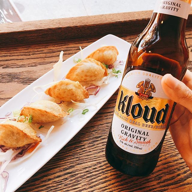 The long weekend is around the corner! Start your weekend early with a bottle of beer! These cute beef deep fried dumplings are perfect beer snacks 😉🍺 #beersnacks #mandu #dumplings #frieddumplings #koreanmandu #kloud #longweekend #koreanbeer #koreanfood #torontofood #tofood #toeats #yyzeats #torontoeats #blogto #foodlove #foodlover #foodblog #feedfeed #torontofoodie #tofoodie #foodblogger #tastetoronto #foodstagram #instagood #instafood